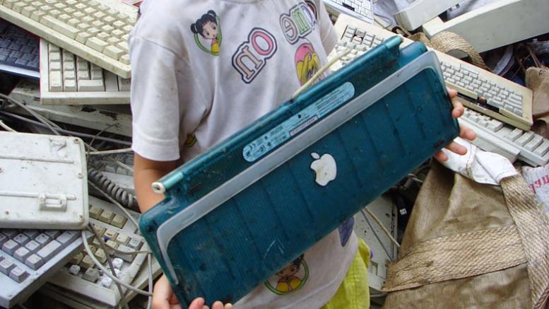 Enfant tenant un clavier mac dans les mains