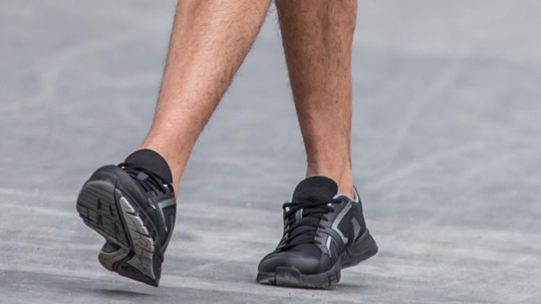 Les pieds d'une personne qui marche