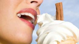 Une femme qui mange une glace