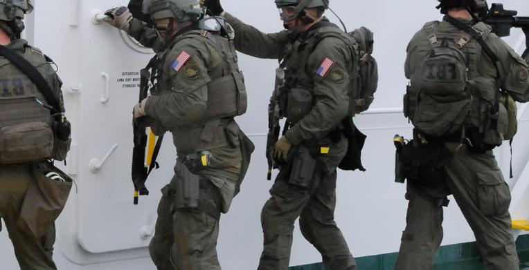 Des agents du FBI lors d'une opération