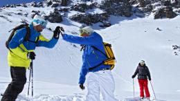 Deux skieurs heureux dans la station des Deux Alpes