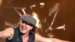 Brian Johnson lors d'un concert avec ACDC