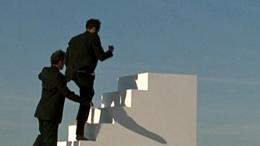 Deux hommes grimpent un escalier