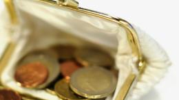 Un porte-monnaie avec des pièces