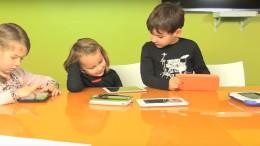 Les enfants avec les tablettes