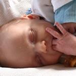 Un bébé qui suce son pouce aurait moins d'allergies