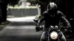 Un motard sur sa moto