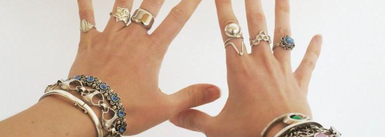 Plein de bijoux sur deux mains