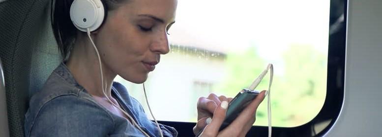 Une femme qui écoute de la musique