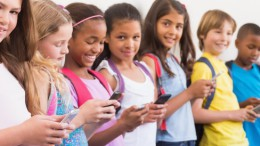 Des enfants avec des téléphones portables en main