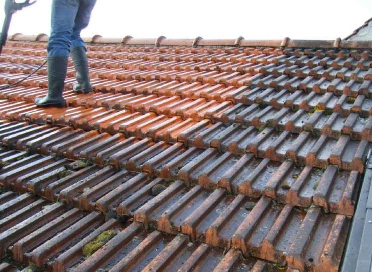 Un homme sur un toit