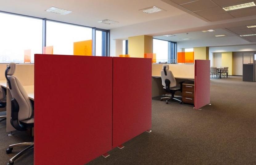 Bureaux avec séparations rouges