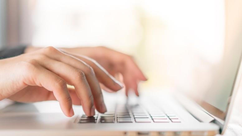 Des mains et ordinateur portable