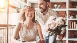 Homme qui offre des fleurs à sa femme